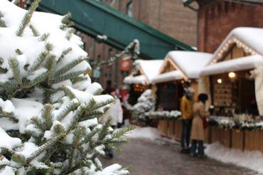 Food & craft vendors line the cobblestone streets.