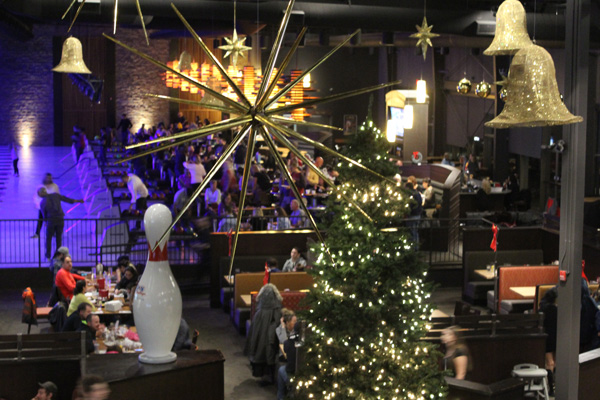 Bingemans-gift-of-lights---Lets-Discover-ON---boston-pizza-1